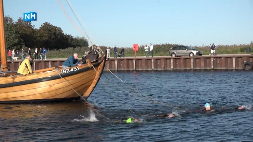 Zwemmers trekken 16.000 kilo zware boot voort over Gooimeer