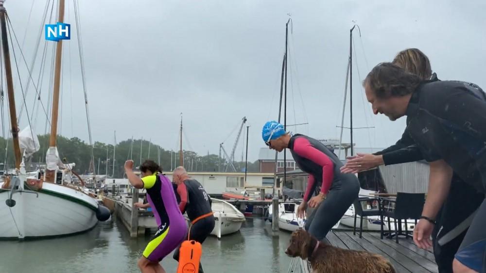 Muiden doet Swim to Fight Cancer in het klein: zelfs de burgemeester sprong het water in
