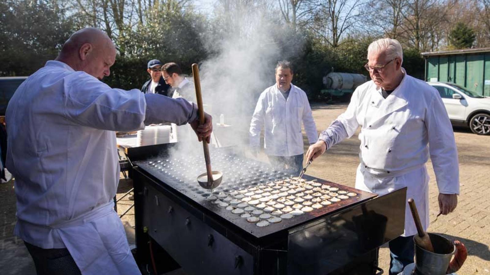 Larense poffertjeskraam bakt poffertjes voor lokale verzorgingshuizen