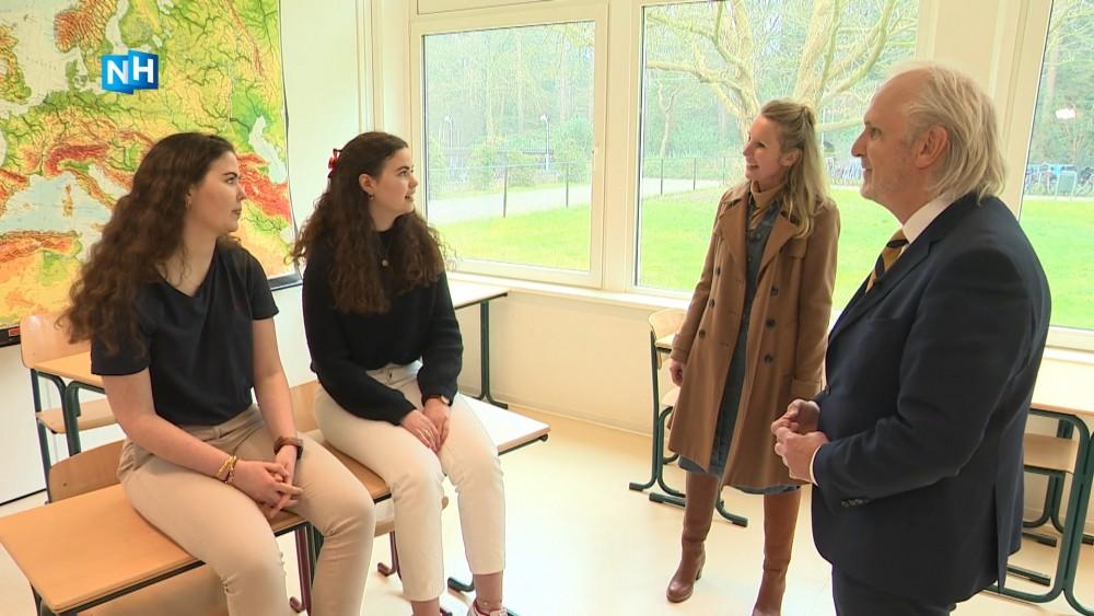 De Stembus: burgemeester deelt cadeautjes uit aan kersverse stemmers
