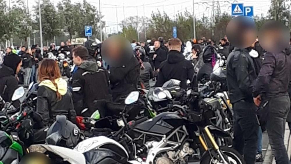 Amsterdamse politie deelt 153 bekeuringen uit aan enorme groep motorrijders