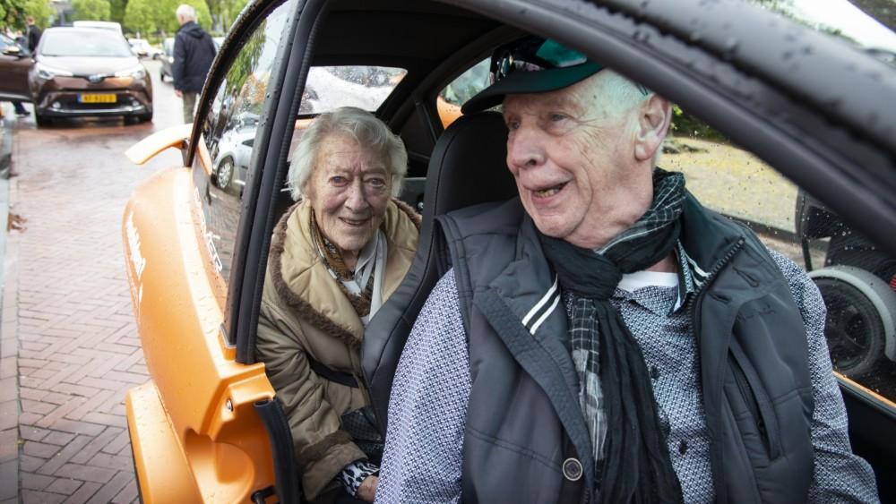 Voor het eerst weer op pad: eenzame ouderen getrakteerd op autopuzzeltocht