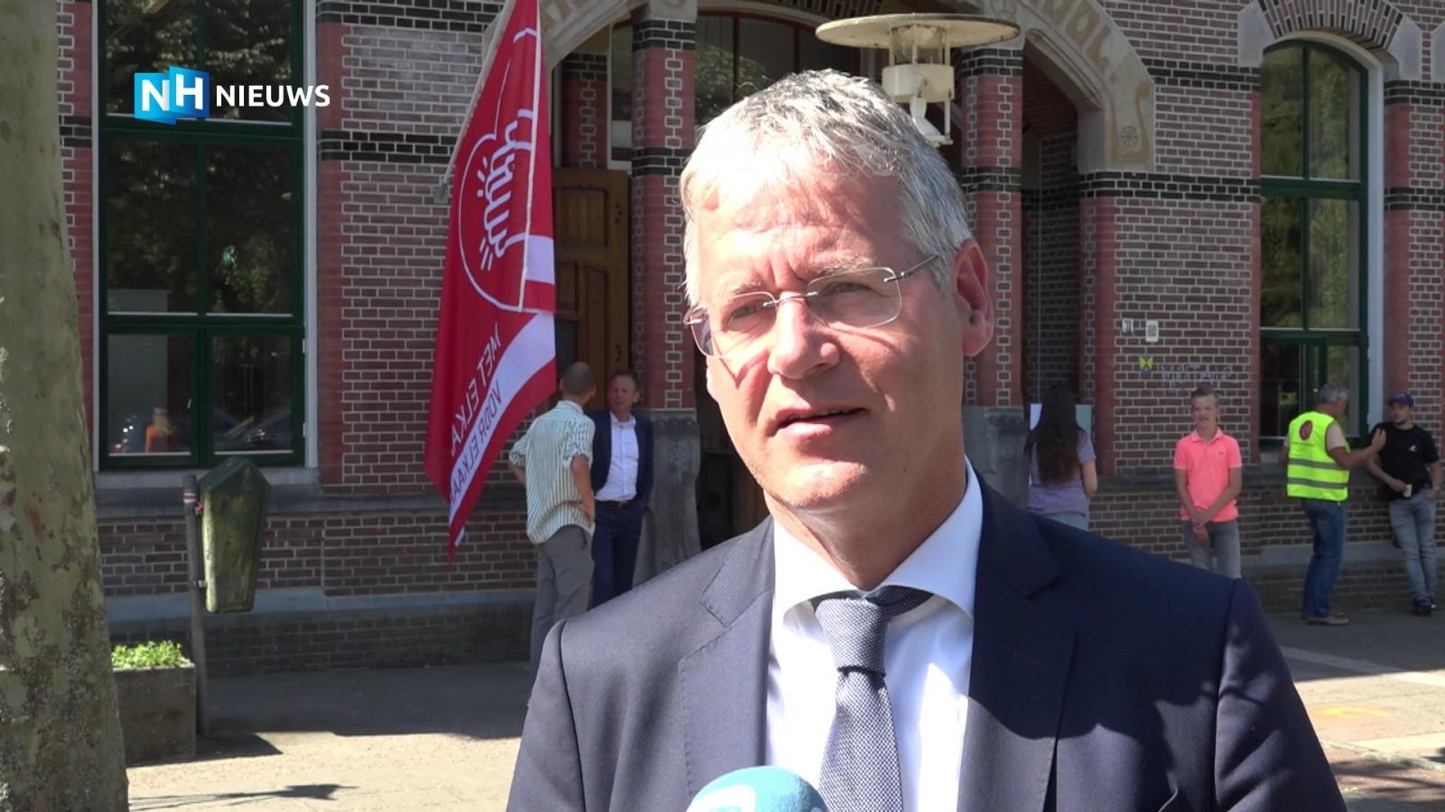 """Minister na bezoek aan Hilversumse school: """"Deze week duidelijk of basisscholen volledig open gaan"""""""