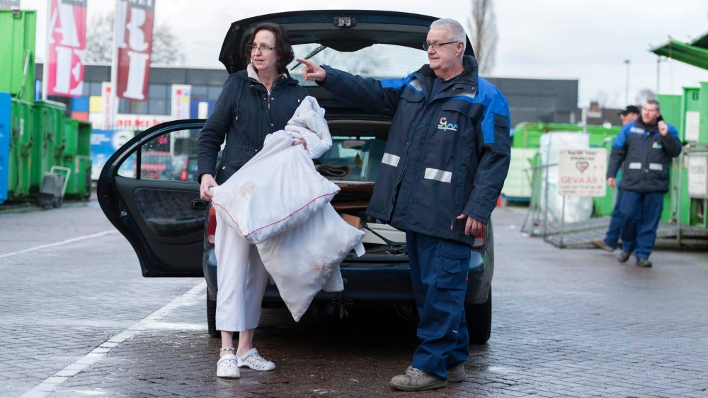 Koelpetten en extra pauzes voor werknemers Gooise afvalstations vanwege hitte