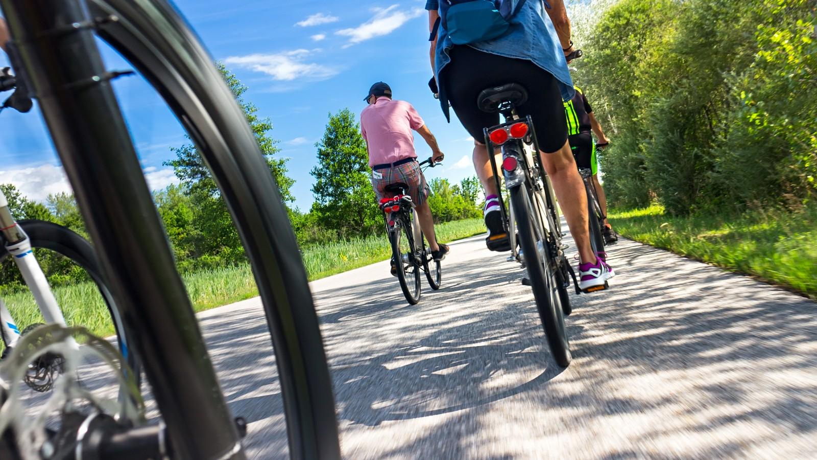 Gooise burgemeesters overwegen maatregelen tegen zwermen fietsers en motoren