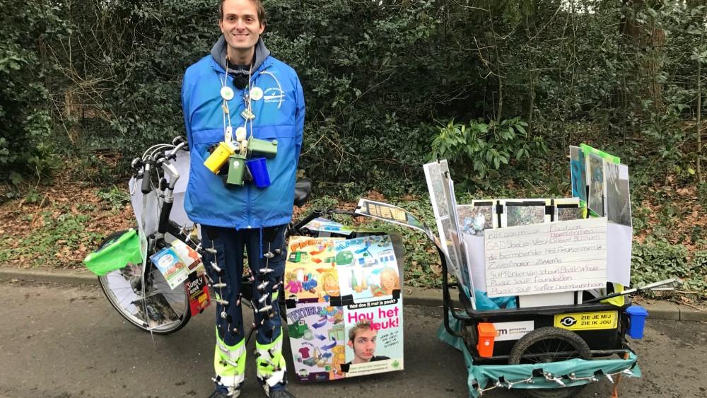 Schrik voor Bussumse zwerfvuilruimer Mike: plots staat zijn 'afvalkar' in brand