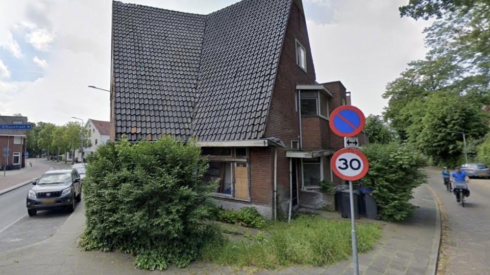Verrotte kozijnen en dichtgetimmerde ramen, maar Hilversum kan weinig doen tegen verwaarloosd huis