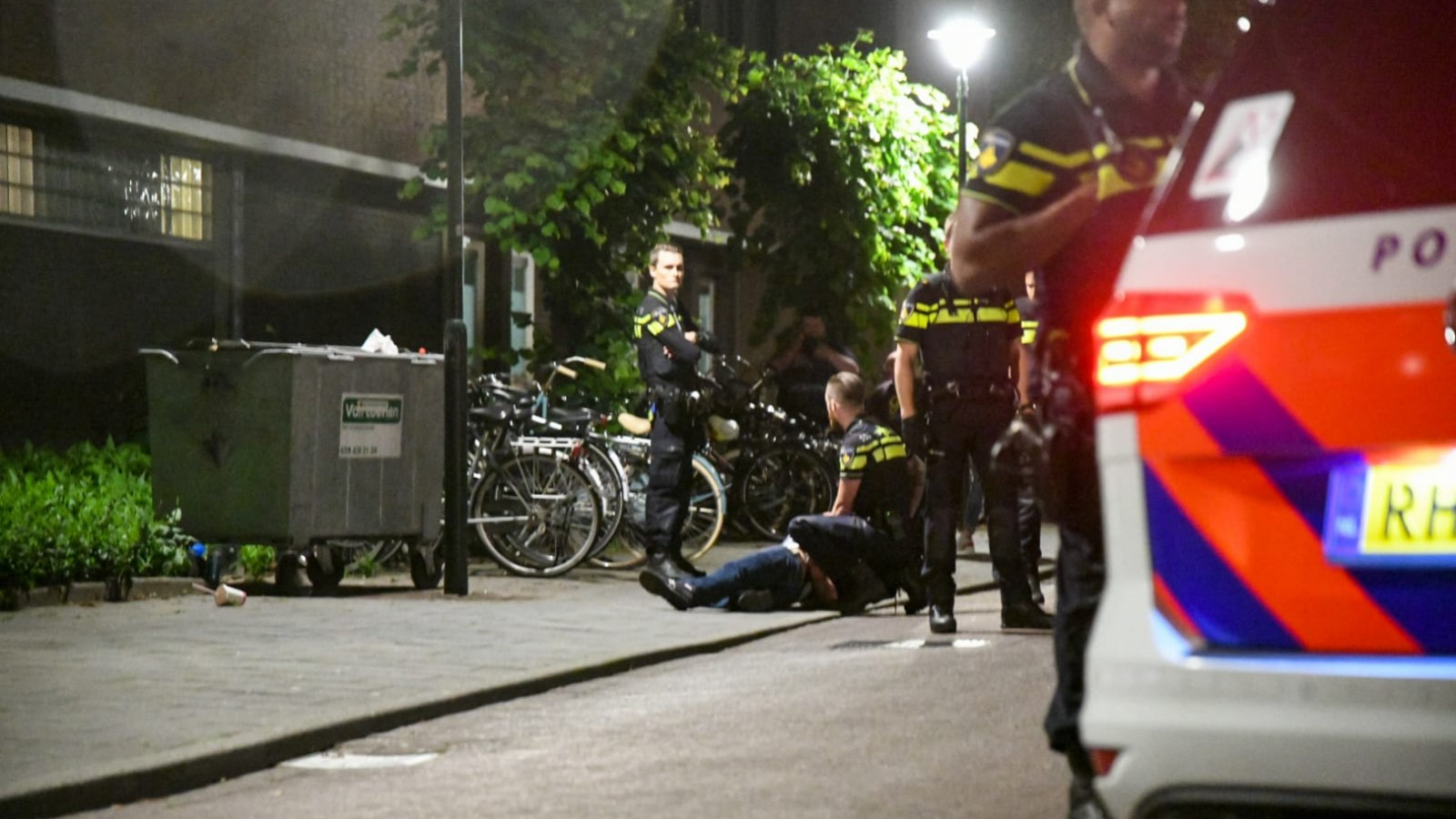 Persoon aangehouden na steekpartij in centrum Hilversum, hulpverleners bekogeld
