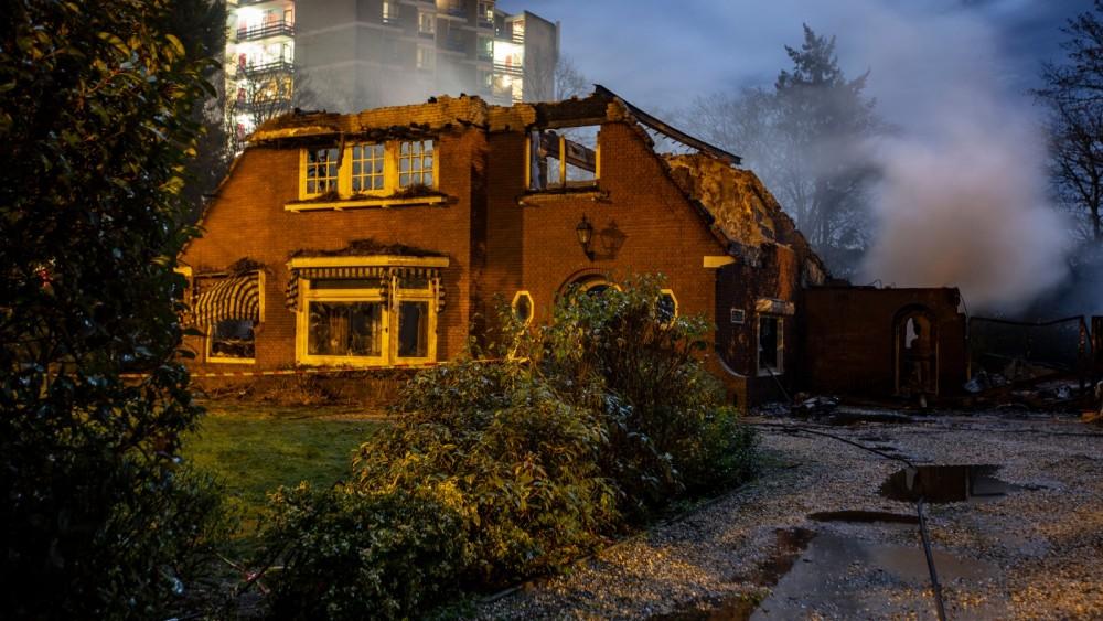 Brand in Bussumse villa vannacht opnieuw opgelaaid