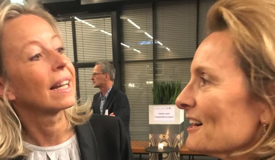 Minister Ollongren (l) en Karin van Hunnik (Foto: Leo Janssen)