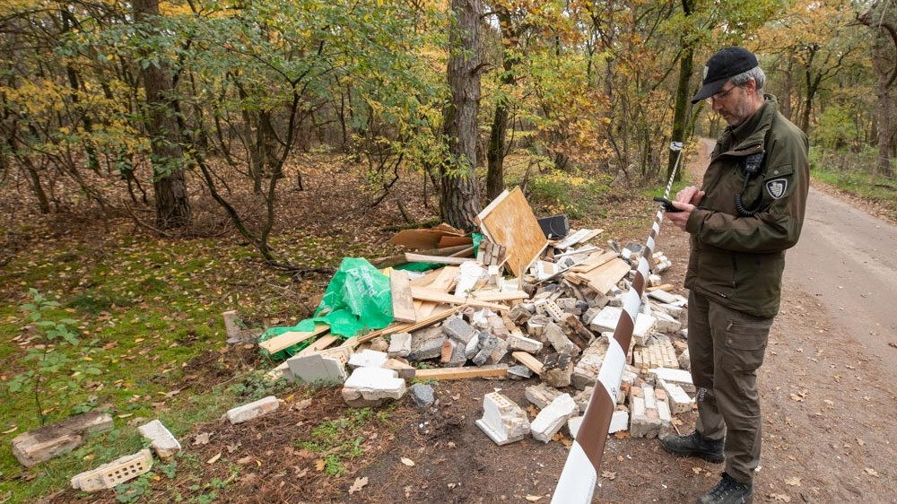 "Weer afval gedumpt in Gooise natuur, tot frustratie van de boswachter: ""Elke week raak"""