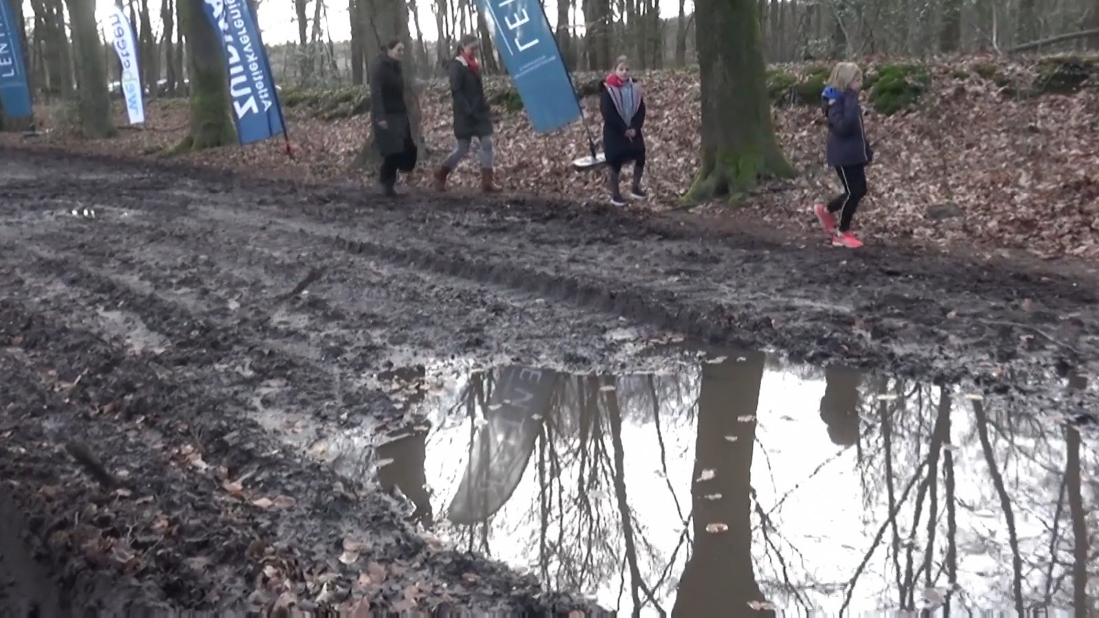 Rennen tussen de modderpoelen bij Huizer Trappenbergloop