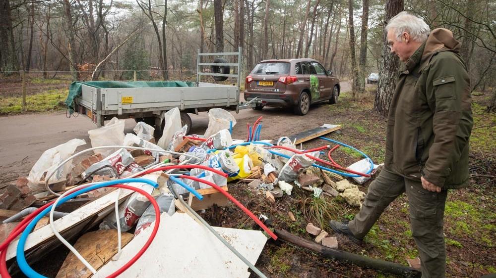 """Grote berg met afval gedumpt in natuurgebied Goois Natuurreservaat: """"Erg asociaal"""""""