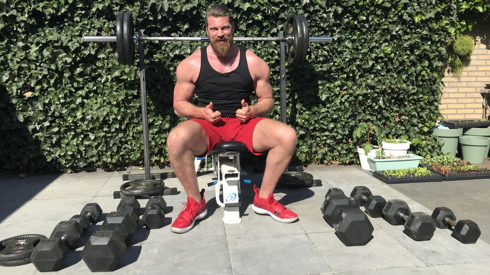 """Acterende bodybuilder tovert tuin om tot sportschool: """"In topvorm als audities weer beginnen"""""""