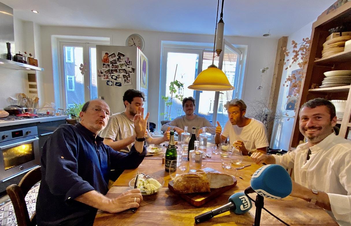 Thuis bij Alain Caron aan de keukentafel. (Foto gemaakt voor Corona.)