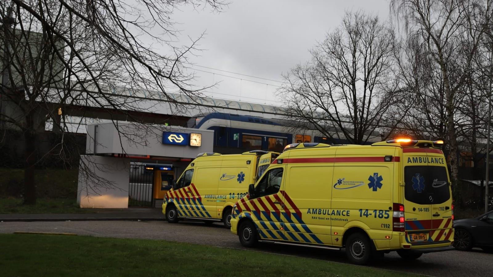 Vrouw gewond na val door remmende trein naar Weesp