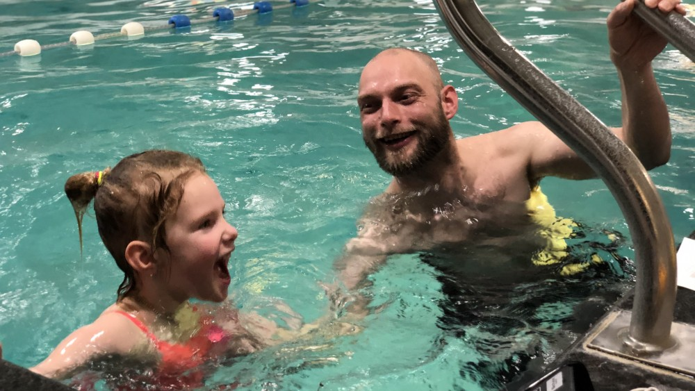"""Tara (5) mag eindelijk weer naar zwemles: """"Al om kwart over vijf wakker"""""""