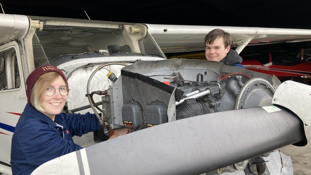 Studenten knappen afgebrande vliegtuigen op: eigenaar ontroerd door de hulp