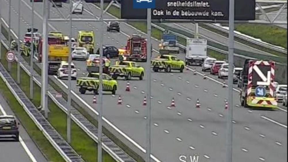 Ongeluk met meerdere auto's op de A6 bij Muiderberg