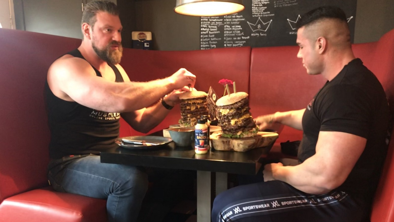 Recordpoging: hamburger van drie kilo eten