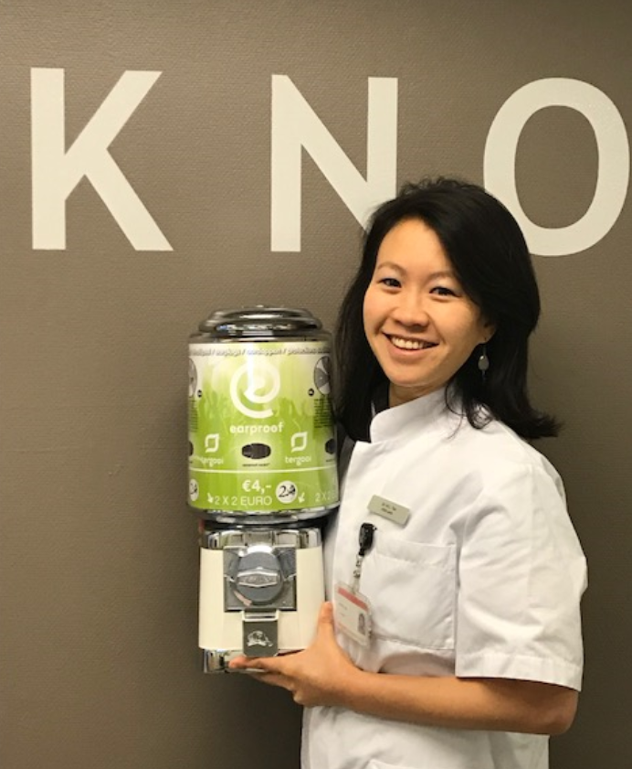 KNO-arts Liane Tan met de oordopautomaat