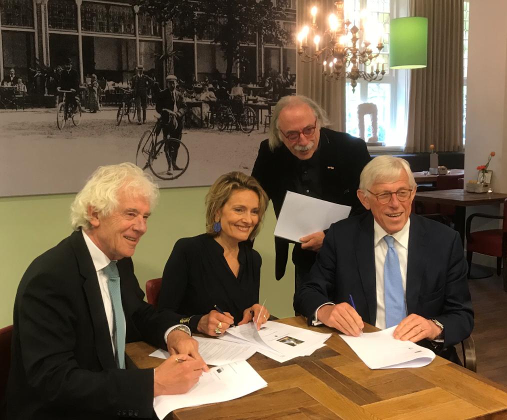 De nieuwe wethouders met formateur Leo Janssen (staand)