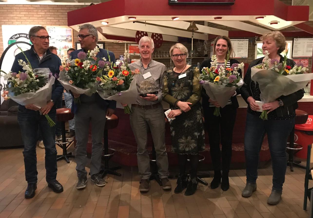 De vijf genomineerden met de bloemen van de wethouder