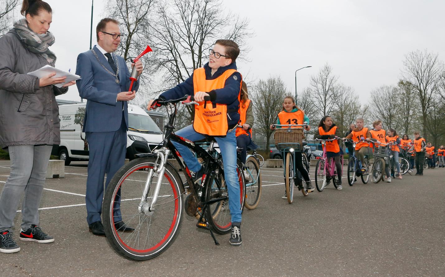 De burgemeester geeft het startsein (Foto: gemeente Eemnes)