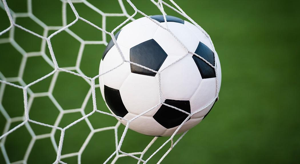 De bal ging bij Huizen en AH '78 vijf keer in het doel
